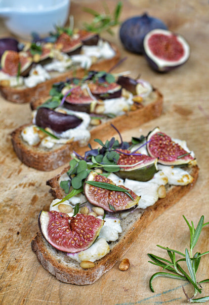 Gluten free tartines of fig, goat cheese and rosemary (with chia seeds bread)