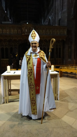 Apostolic Pastoral Congress Bishop receives gold pectoral cross
