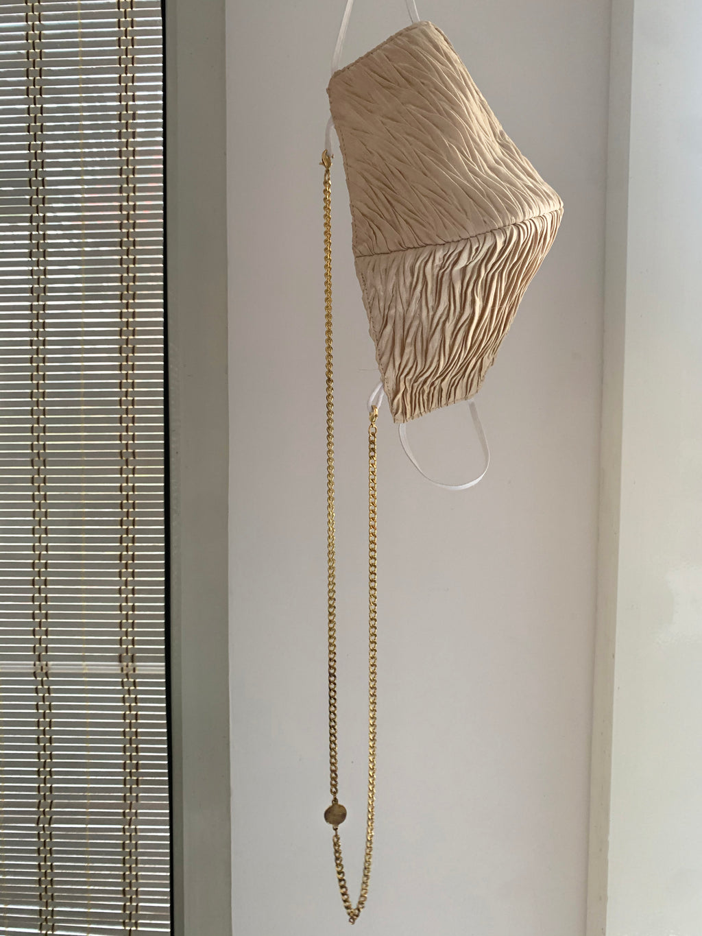 PLEATED MASK & CHAIN SET - Beige & Gold
