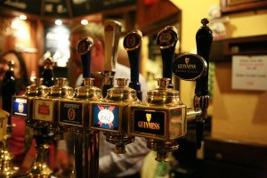 640px-Beer_taps by Bruno Girin