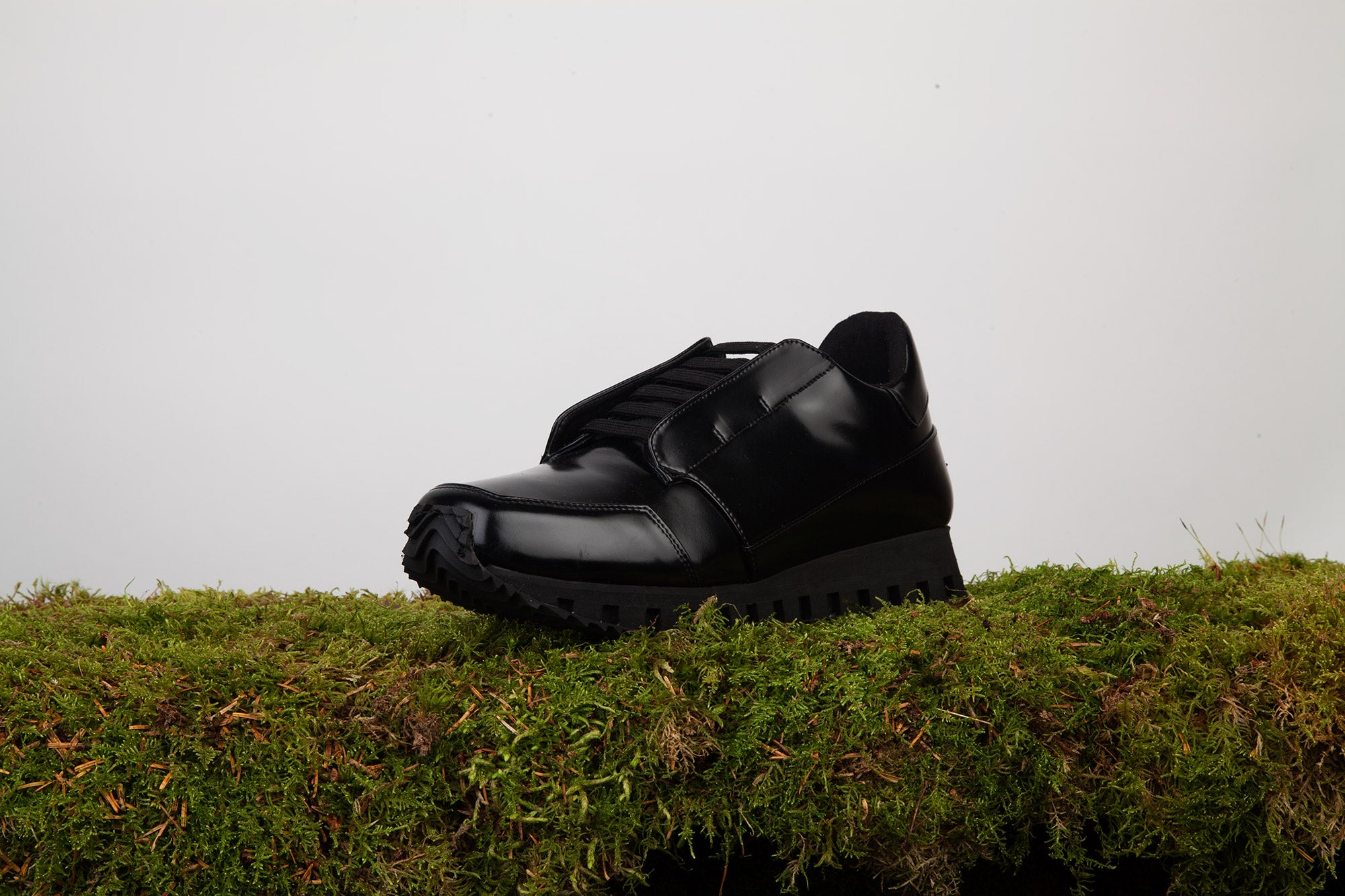 INSIGHT III running sneaker with hidden laces BLACK patent