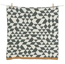 Couverture tricot on the go triangle 65x80cm