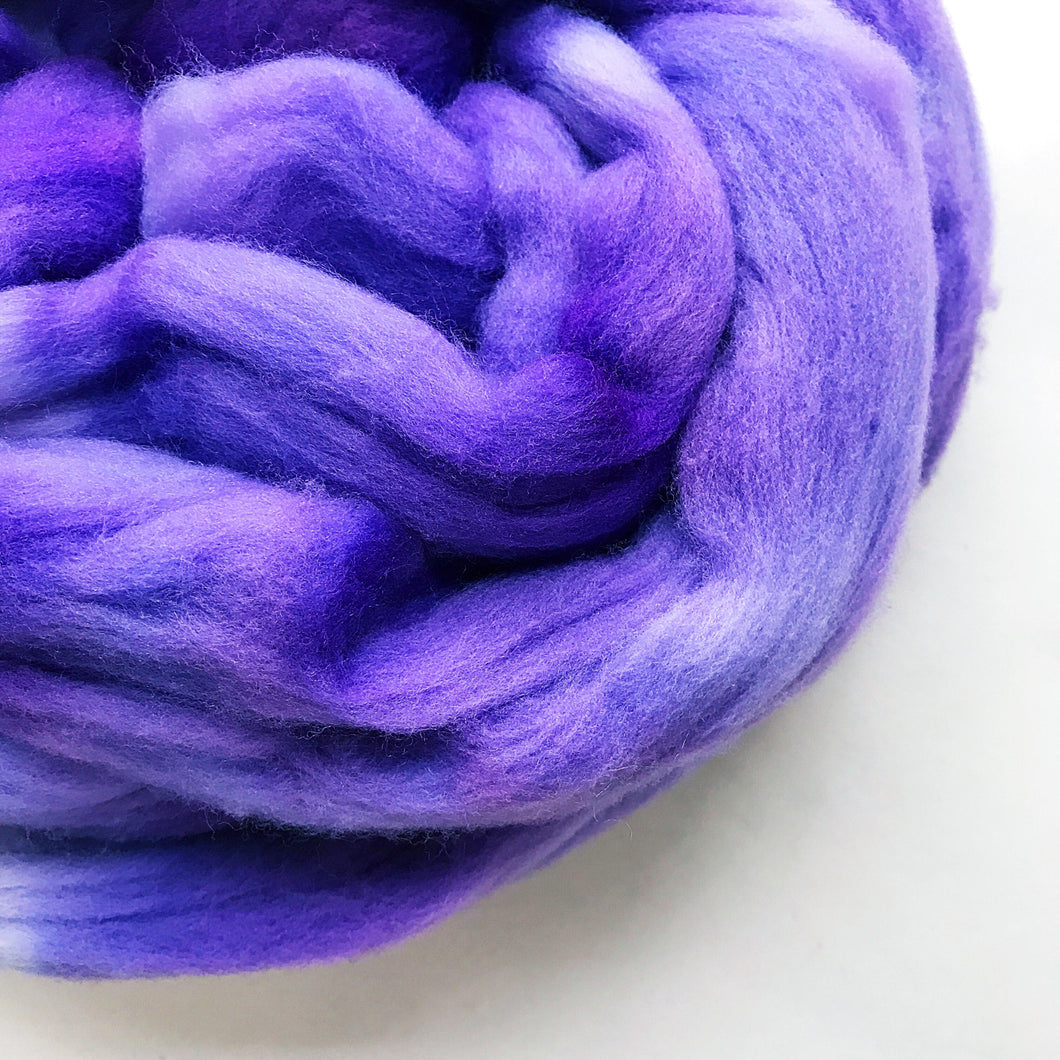 LILAC CHASER hand dyed roving merino wool. Knitting spinning felting crafting wool fiber. Extra Fine 64s (21.5 micron). light purple wool. 4 oz.