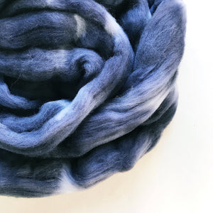 CHARCOAL hand dyed roving merino wool. Knitting spinning felting crafting wool fiber. Extra Fine 64s (21.5 micron). Dark gray wool. 4 oz.