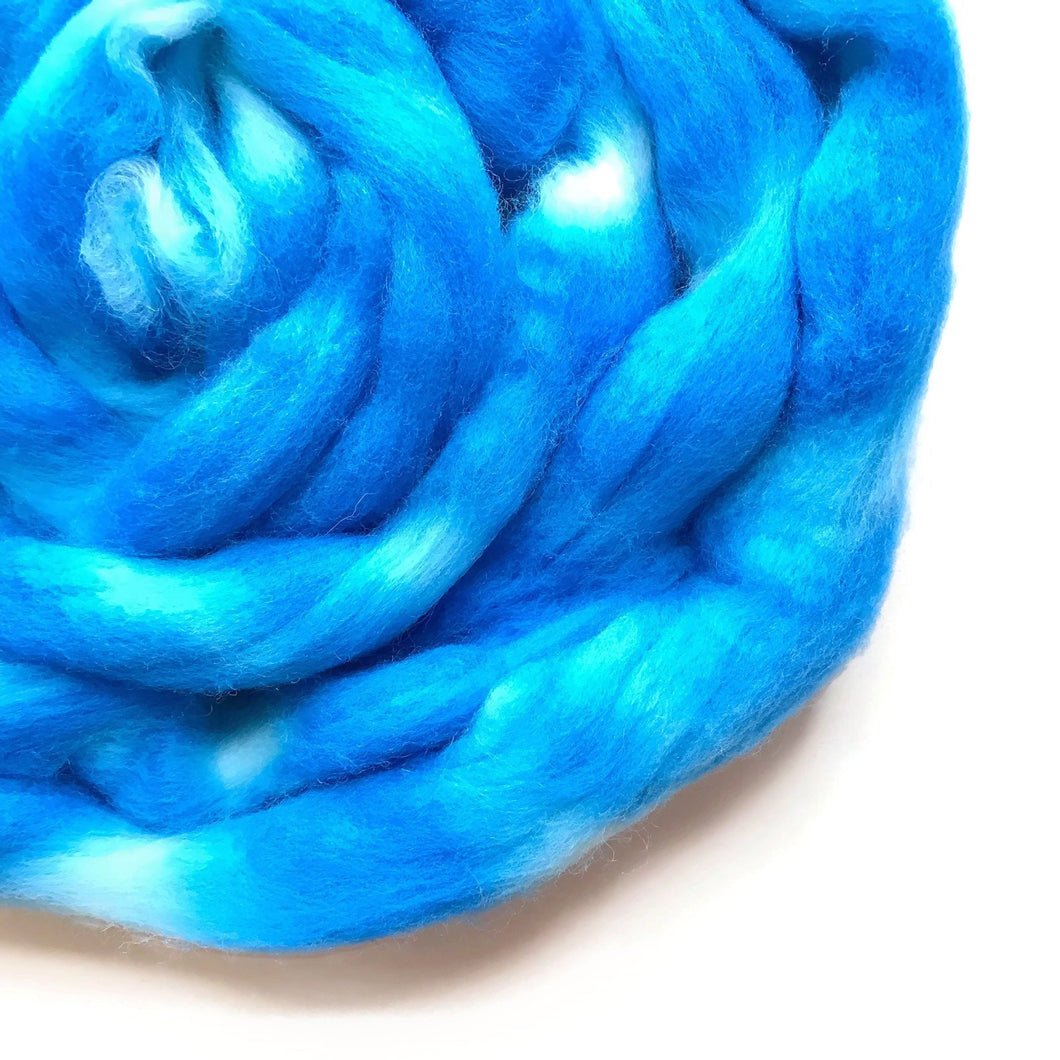 SKY BLUE hand dyed roving merino wool. Knitting spinning felting wool fiber. Extra Fine 64s (21.5 micron). medium blue extra fine wool. 4 oz