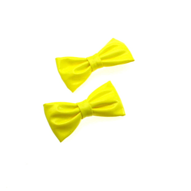 Pair of PVC Neon Bows on Clip (Dimensions of bow: L: 7cm x H: 3cmp - Dimensions of crocodile clip : 4.5cm - 60/70/80s fashion - Great for dance theme fancy dress or clubwear)