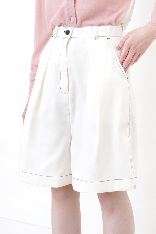 White chino short in outline stitching