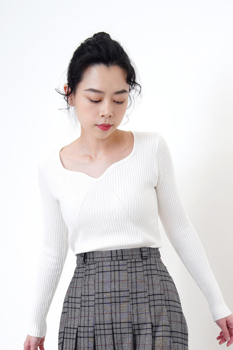 White soft thin sweater in wave collar