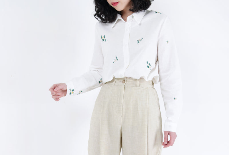 White shirt in floral embroidery
