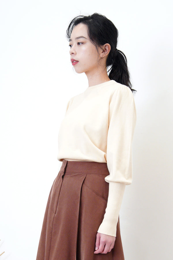 Cream knit top in detail sleeves cutting