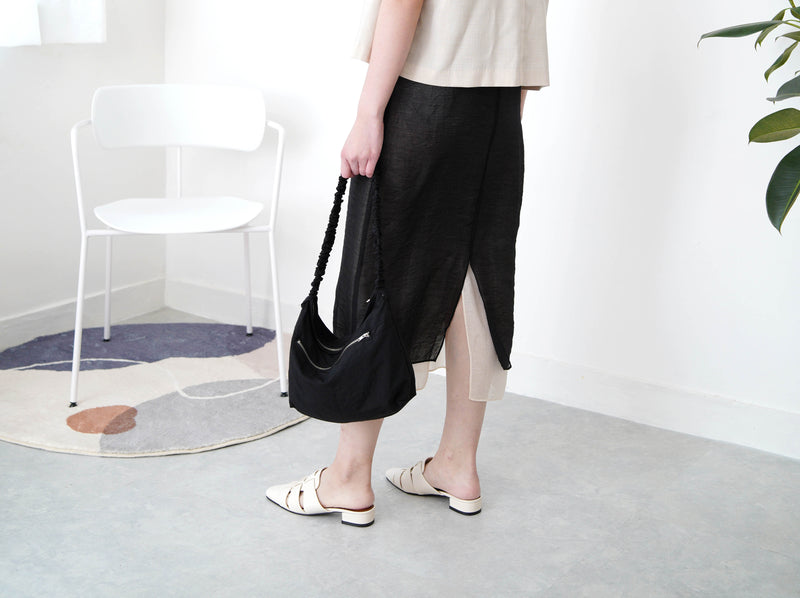 Black shoulder bag in elastic handle