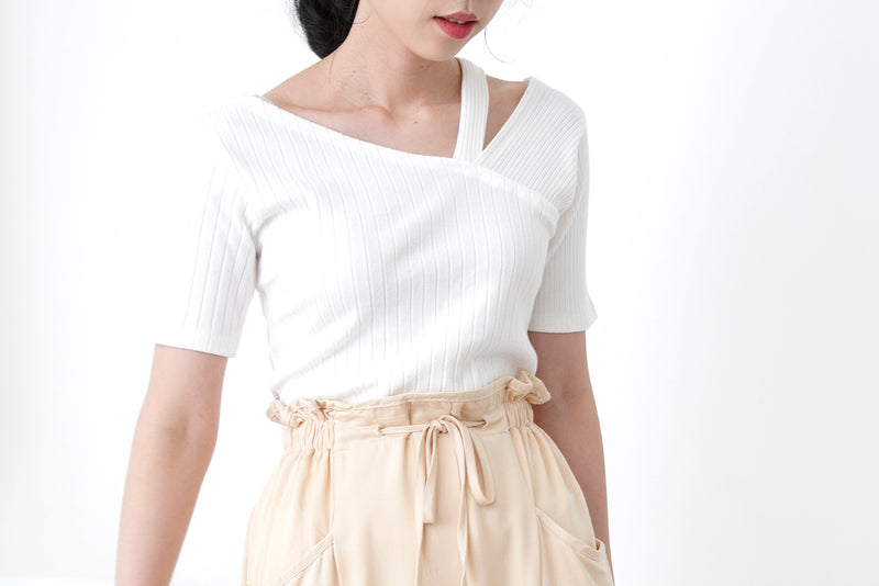 White texture tank top in asymmetric collar