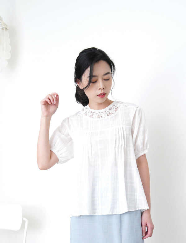 White blouse in lace collar