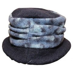 Comfortable and very practicable for winter. Wool hat with pleated stripe.