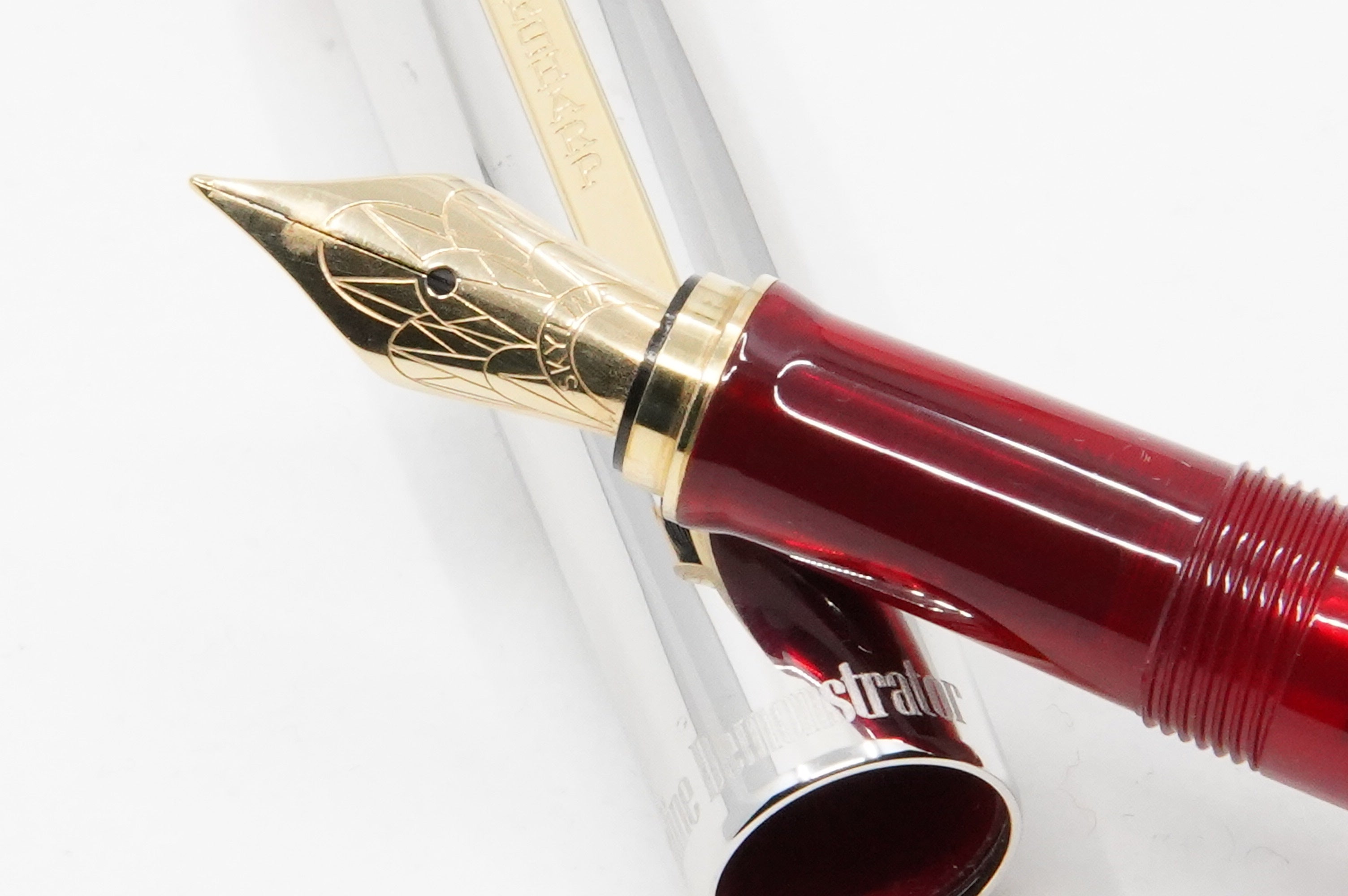 Wahl Eversharp Skyline FP red demo - The iconic SKYLINE created by Henry Dreyfus in 1939