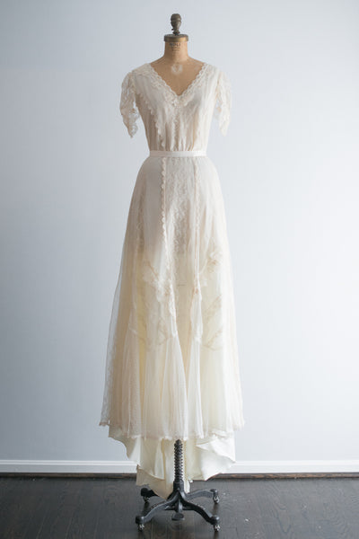 1970s Ivory Lace Cap Sleeves Trained Gown - S/M