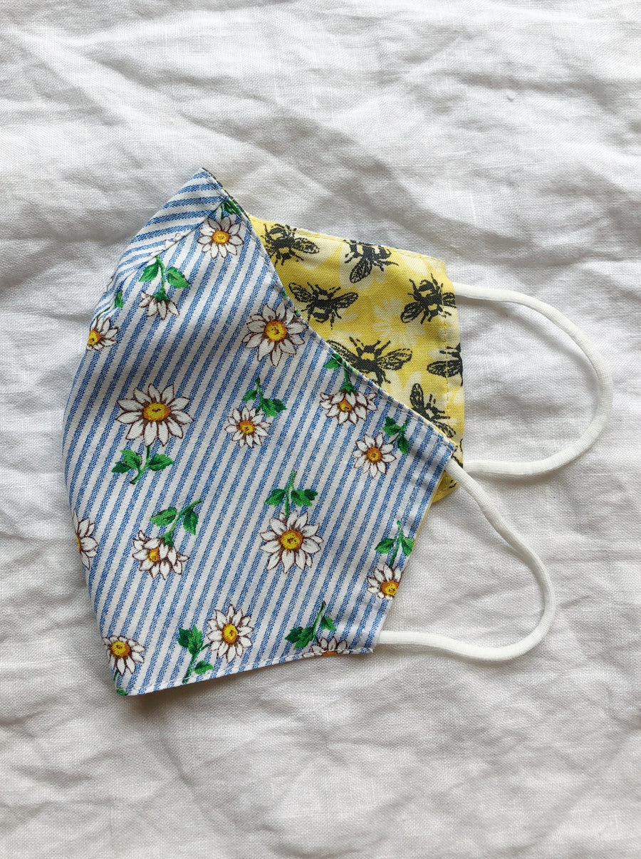2-in-1 Reversible Tiny Daisies Cotton Face Mask with Filter Slot
