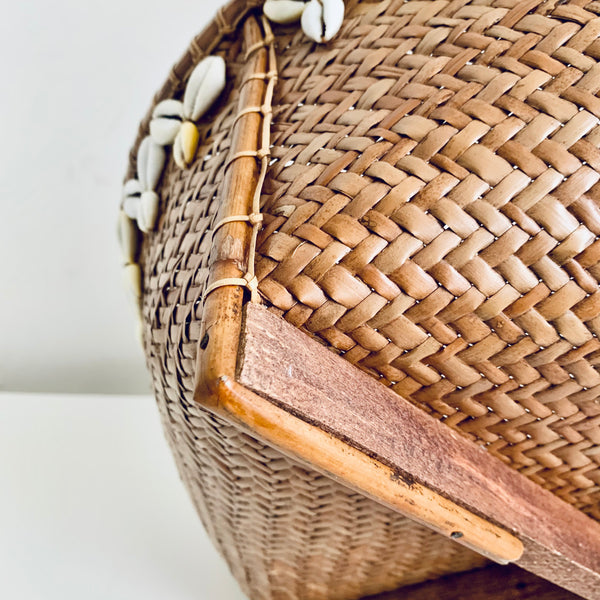 Basket with shell decoration and wooden feet