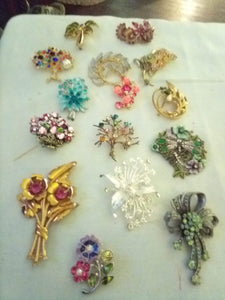 Beautiful lot of 15 colorful floral broaches - B&P'sringsnthings