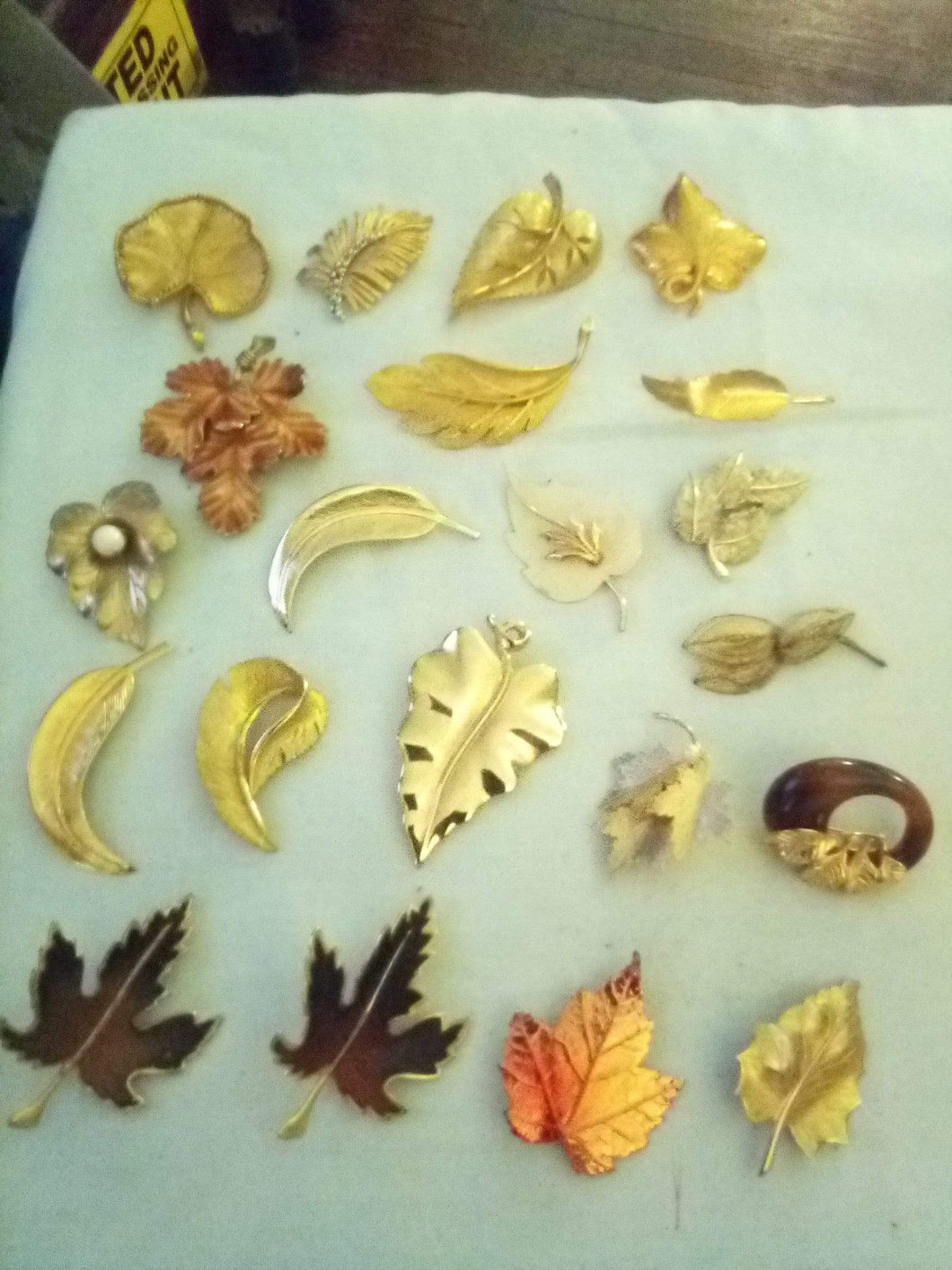 Lot of 21 assorted leaf designed broaches - B&P'sringsnthings