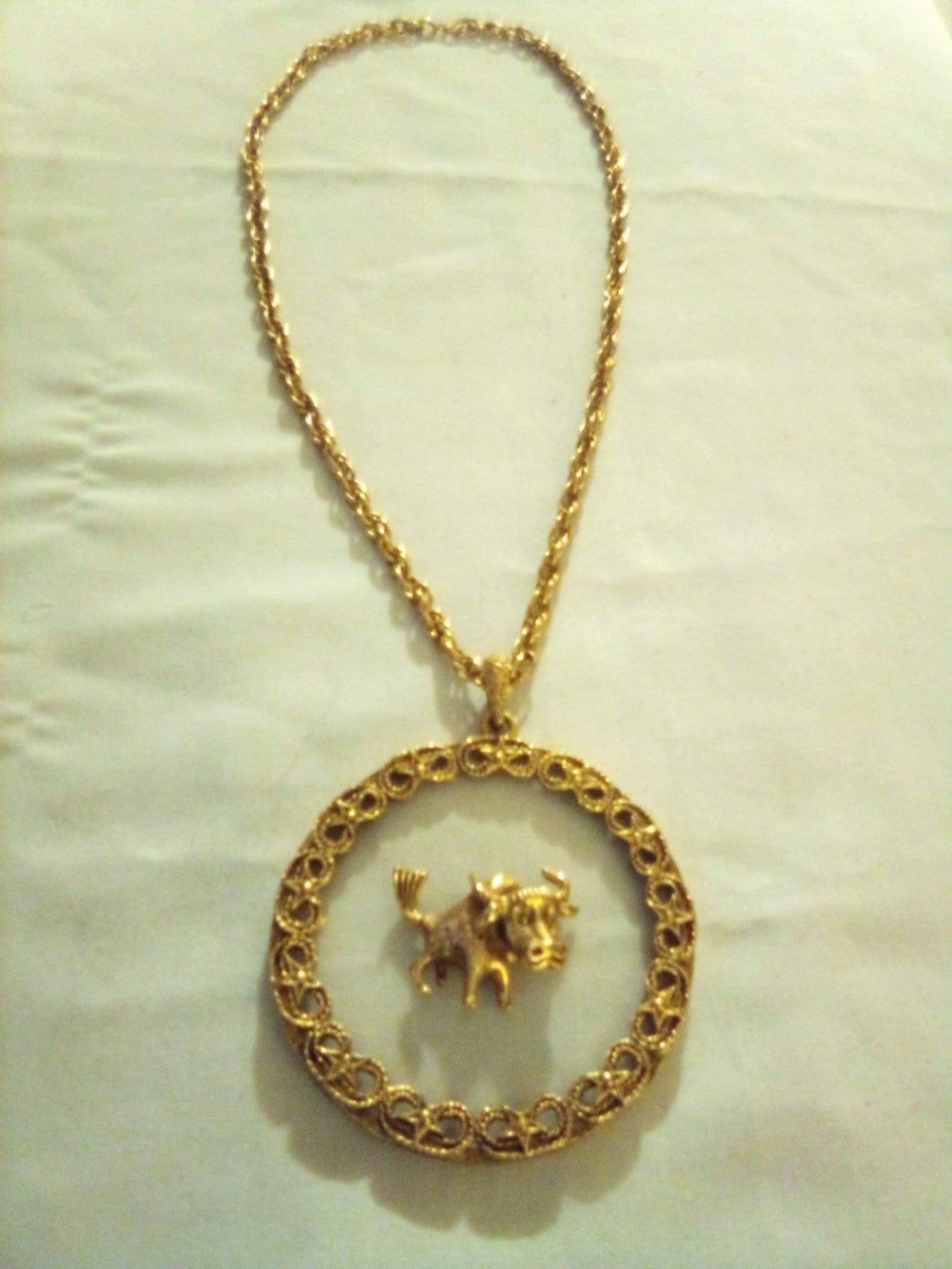 A gold tone chain with pendent - B&P'sringsnthings