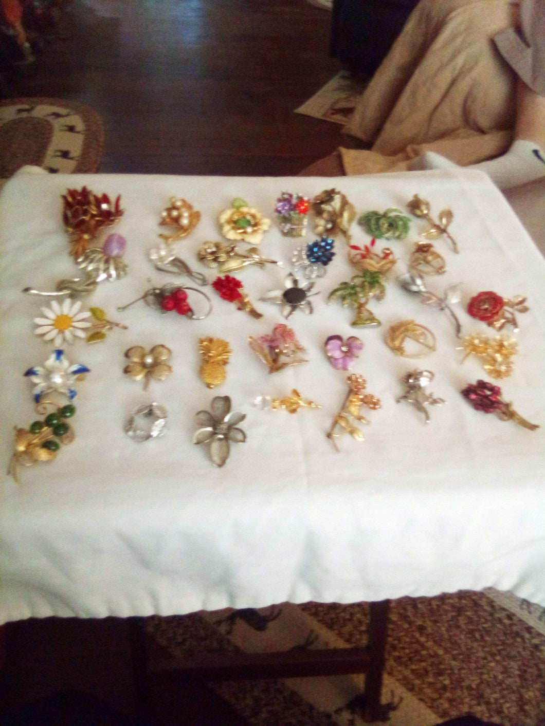 A large lot of floral designed broaches - B&P'sringsnthings