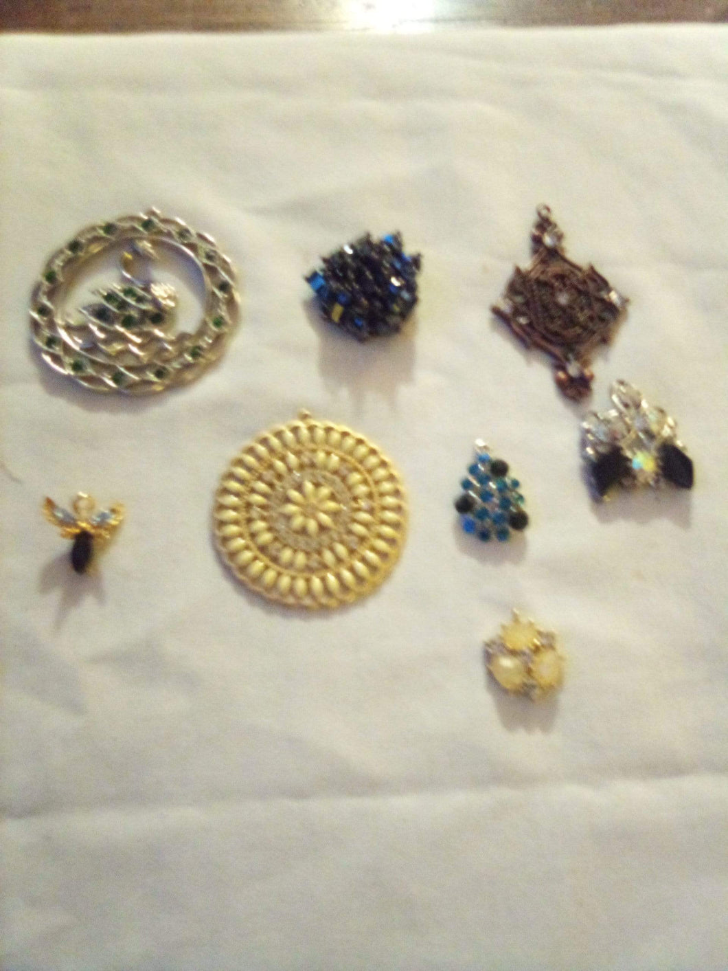 A nice lot of silver and gold tone pendents - B&P'sringsnthings