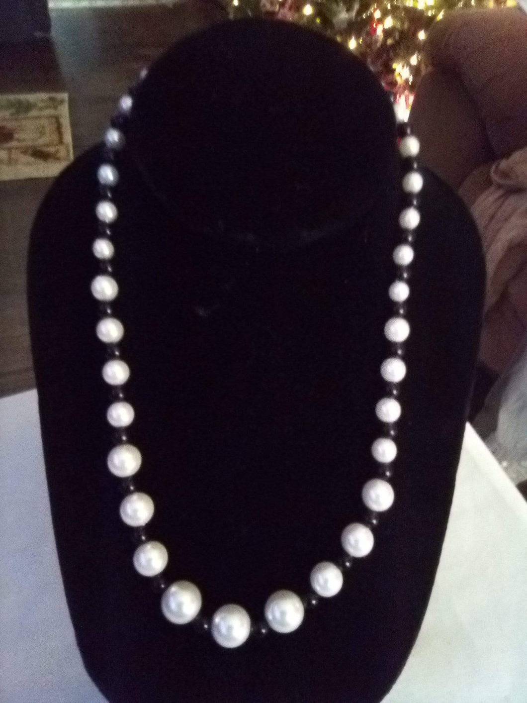 Cute black and white beaded necklace - B&P'sringsnthings