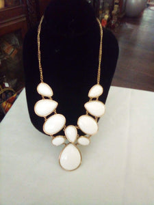 Elegant white necklace with oval pieces - B&P'sringsnthings