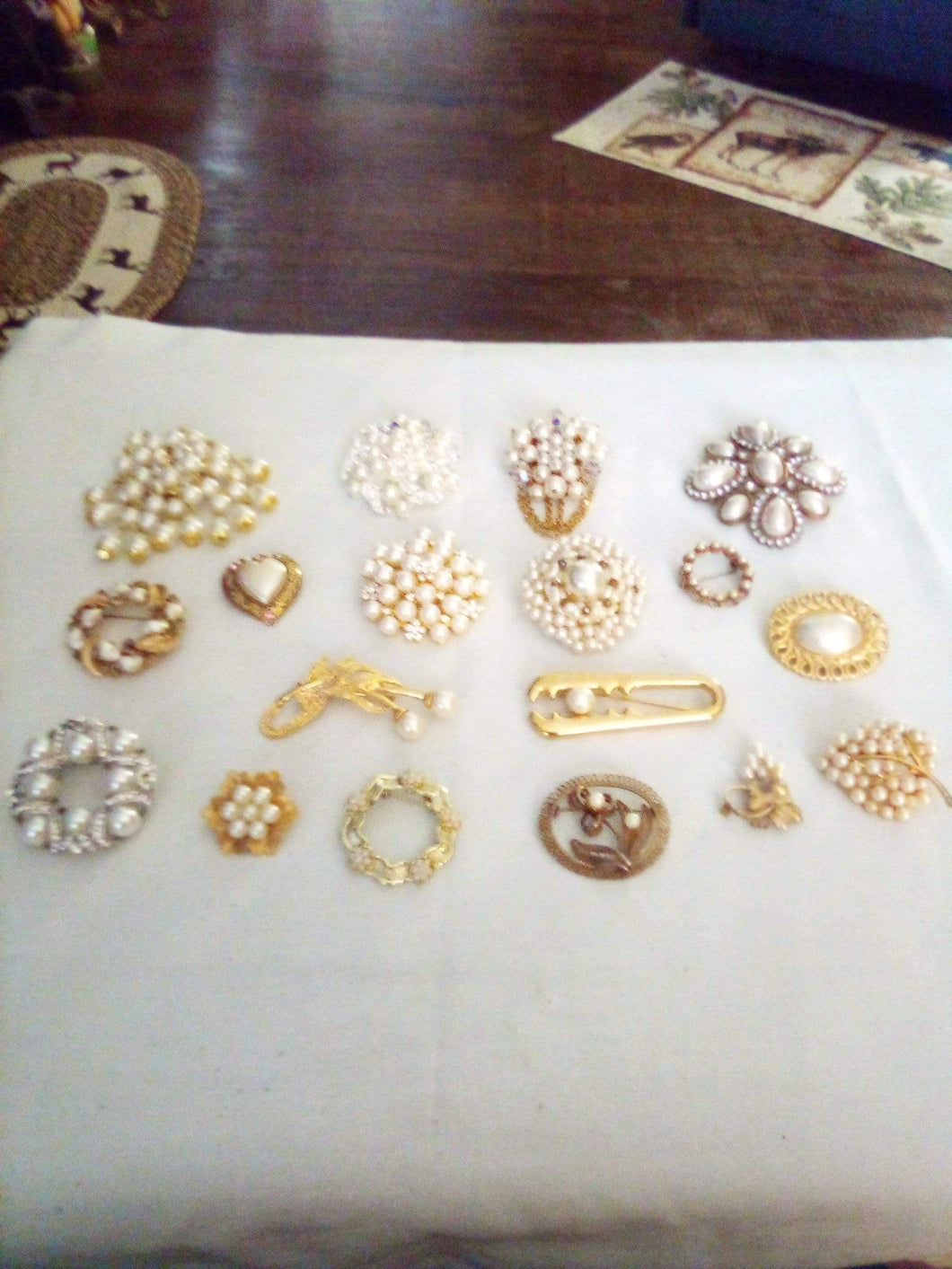 Pearl like large lot of assorted broaches - B&P'sringsnthings