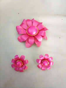 Vintage bright pink broach with matching clippon earrings - B&P'sringsnthings