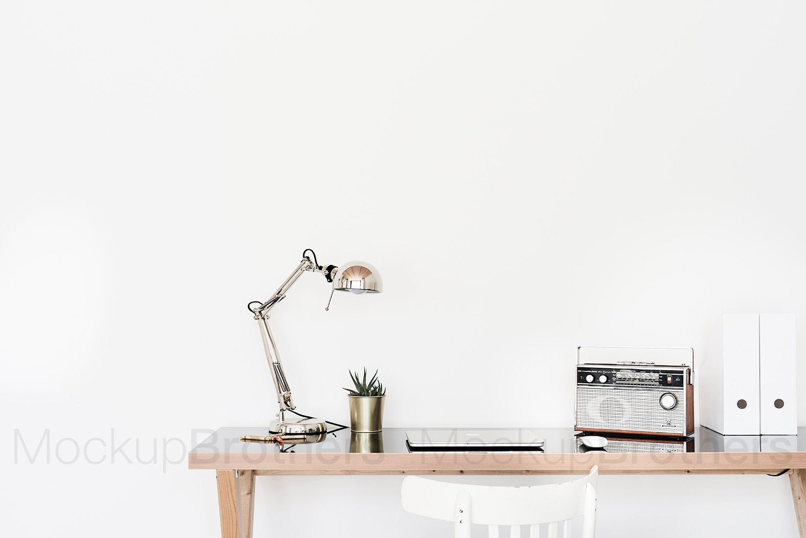Table with lamp mockup wall