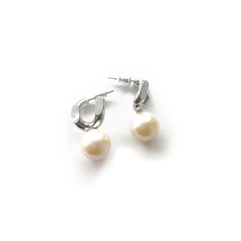 SMALL CHAINLINK AND OVERSIZED PEARL EARRINGS (PAIR)