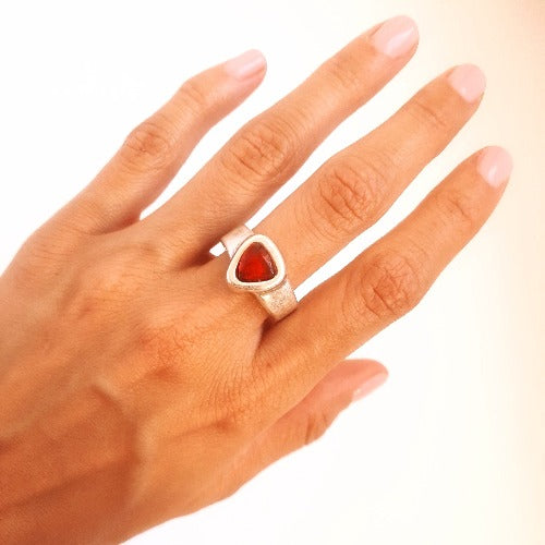Ring mit rotem Edelstein KOOMPLIMENTS