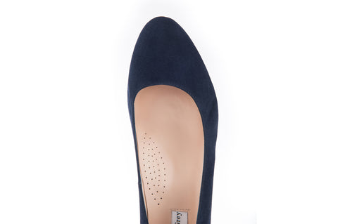 Wide fit rounded toe court shoe