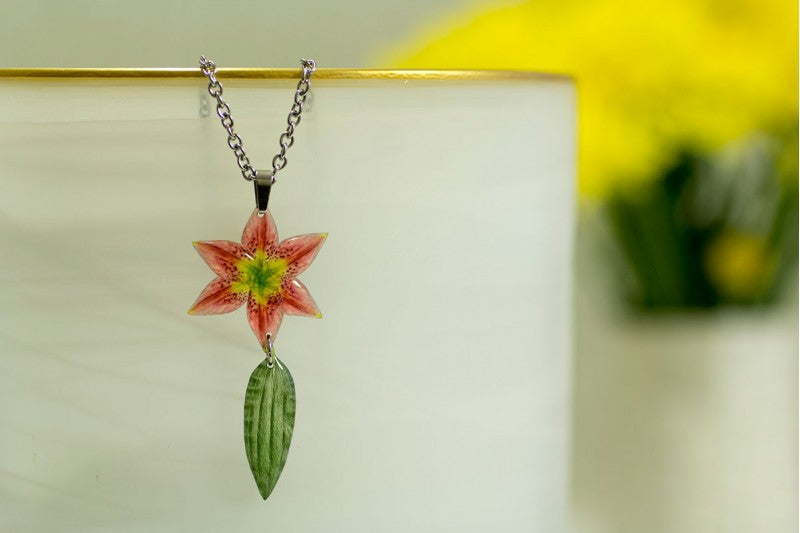 Acdria Lily Necklace With Leaf