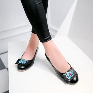 Woman's Embroidery Low-heel Round Head Shoes