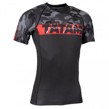Charger l'image dans la galerie, Rashguard RED BAR CAMO manches courtes - TATAMI FIGHTWEAR - GATAME