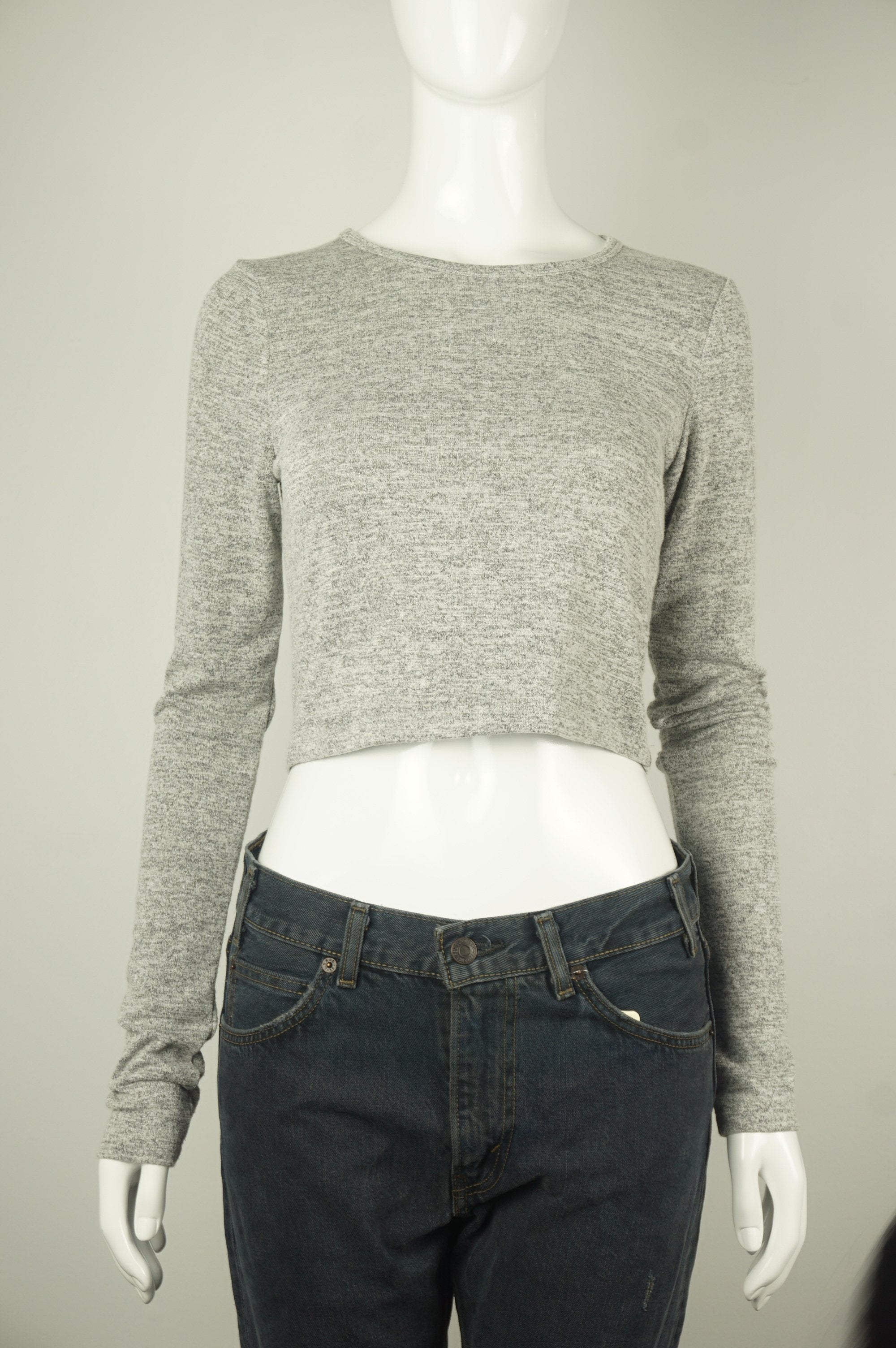 Wilfred Free Long sleeve crop top, The cropped fit is easy to wear and perfect for the season — plus it looks fantastic with high-waisted bottoms. The soft, stretchy fabric feels so amazing to wear, you're not going to want to take it off! , Grey, 48% Rayon, 48% Polyester, 4% Spandex, women's Tops, women's Grey Tops, Wilfred Free women's Tops, wilfred long sleeve crop top sweater, aritzia women's soft crop top with loong sleeves