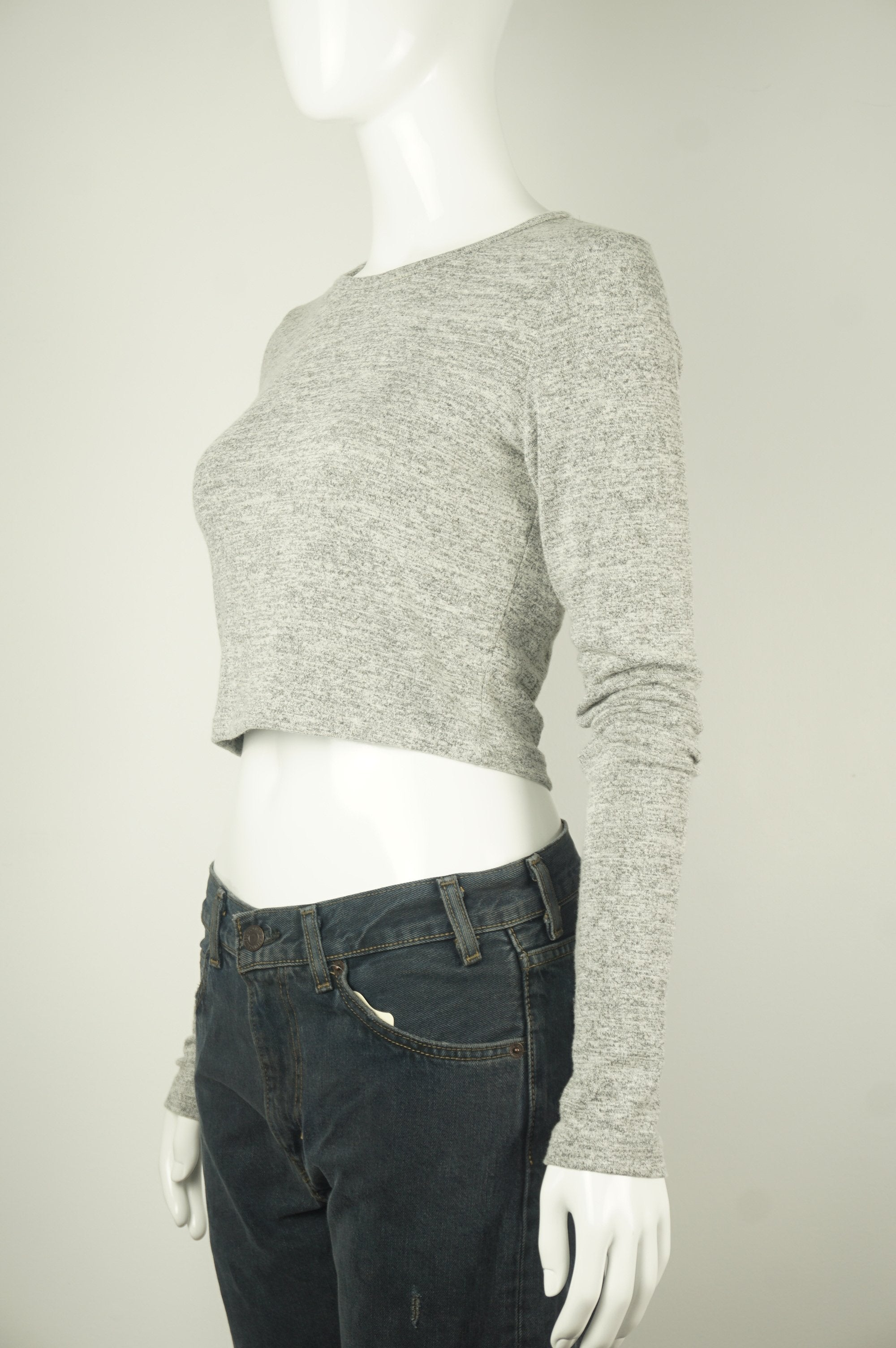 Wilfred Free Long sleeve crop top, The cropped fit is easy to wear and perfect for the season — plus it looks fantastic with high-waisted bottoms. The soft, stretchy fabric feels so amazing to wear, you're not going to want to take it off! , Grey, 48% Rayon, 48% Polyester, 4% Spandex, women's Tops, women's Grey Tops, Wilfred Free women's Tops, wilfred long sleeve crop top, aritzia women's soft crop top