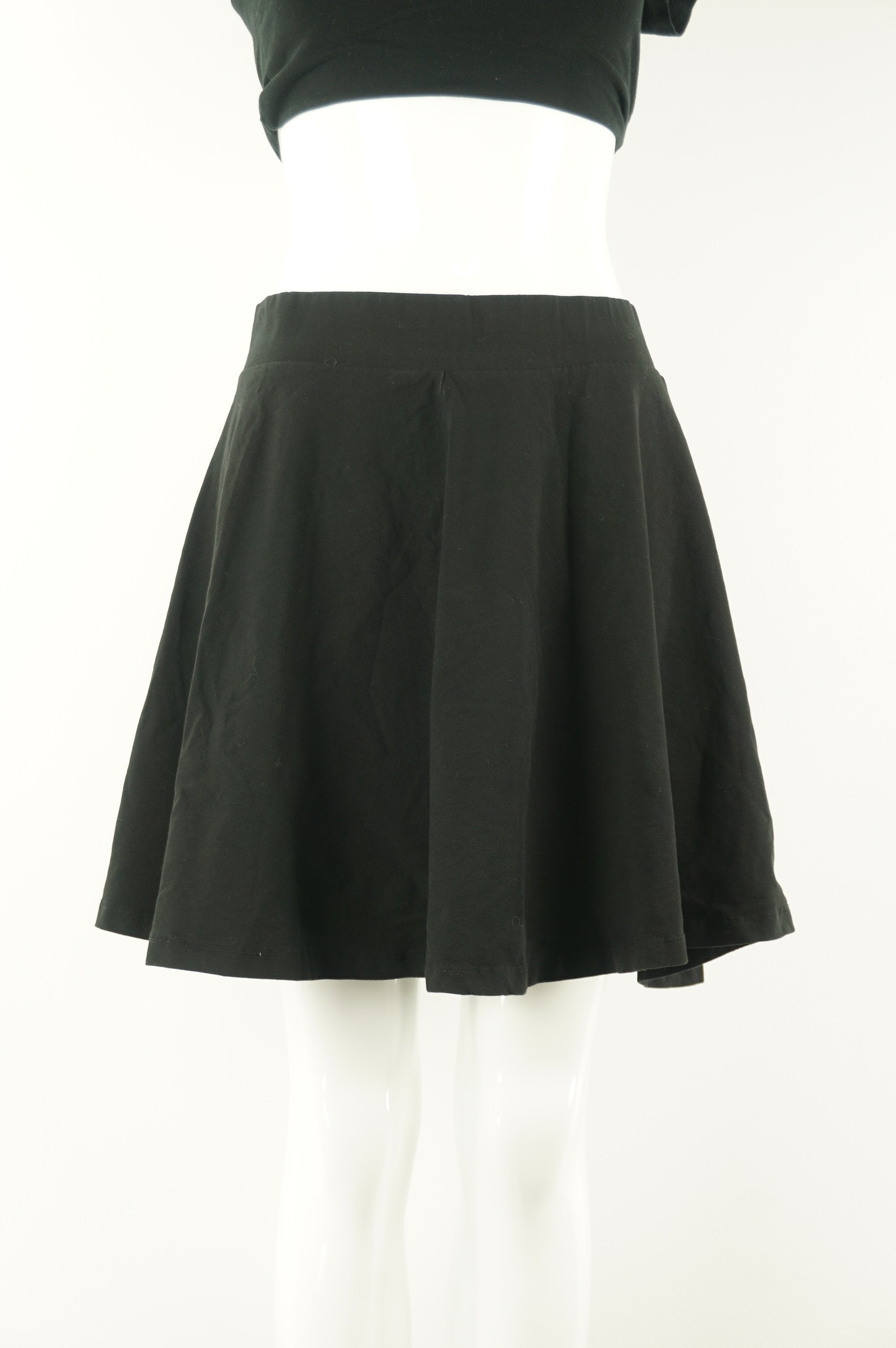 H&M Stretchy Mini Skater Skirt, Comfortable mini skirt with elastic waistband. Falls just above the knees, Black, 93% Cotton, 7% Elastane, women's Dresses & Skirts, women's Black Dresses & Skirts, H&M women's Dresses & Skirts, women's mini skirt, women's balck short skirt