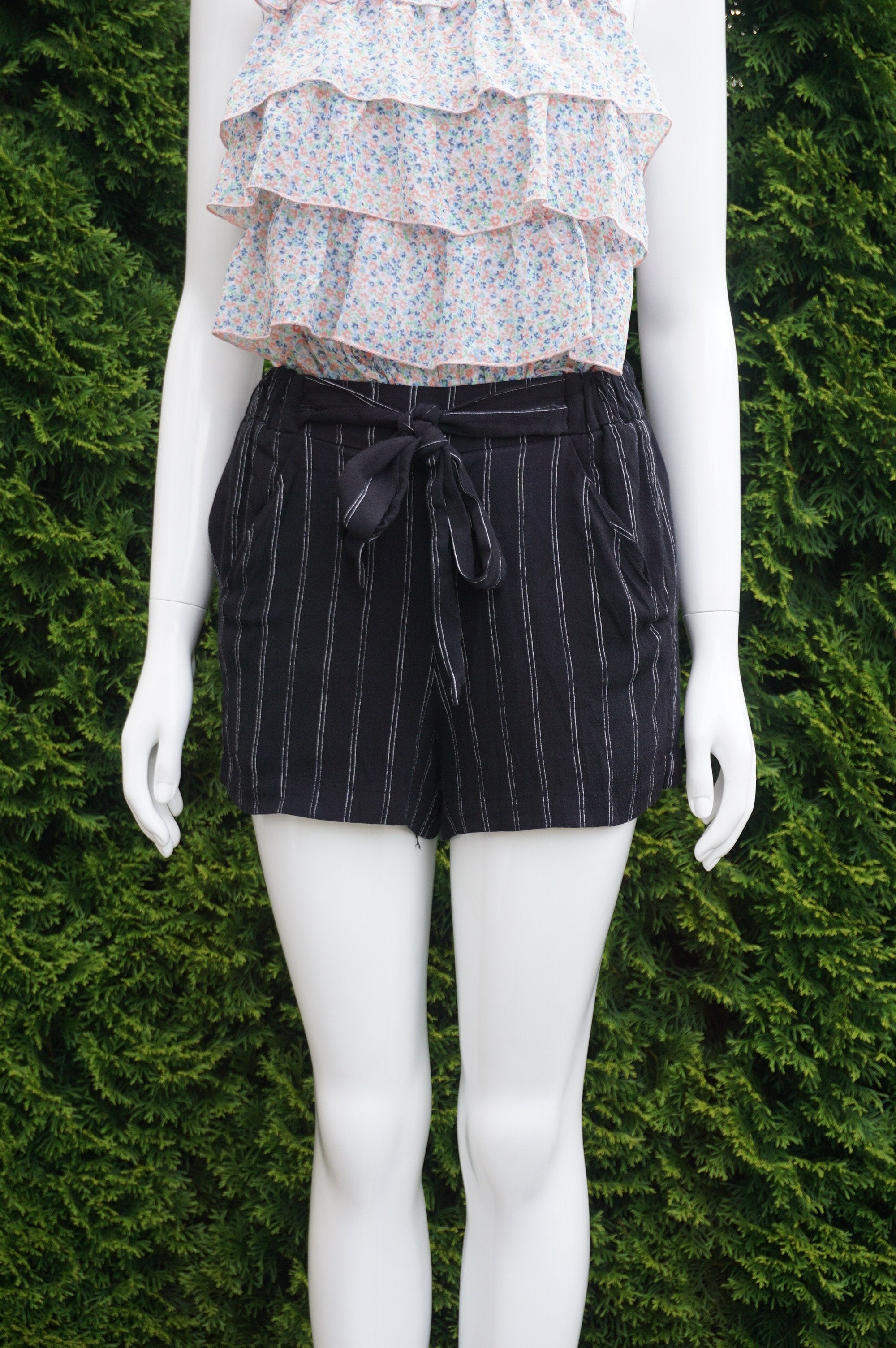 Wilfred Higggh waist loose shorts, elastic waistband. Measures 24 inches when relaxed. Length 12 inches. Two front pockets, Black, women's Skirts & Shorts, women's Black Skirts & Shorts, Wilfred women's Skirts & Shorts, loose shorts, flowy shorts, aritzia shorts, wilfred shorts