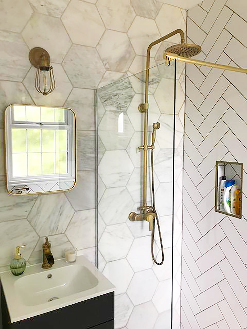 Brass finishing touches in a chic bathroom