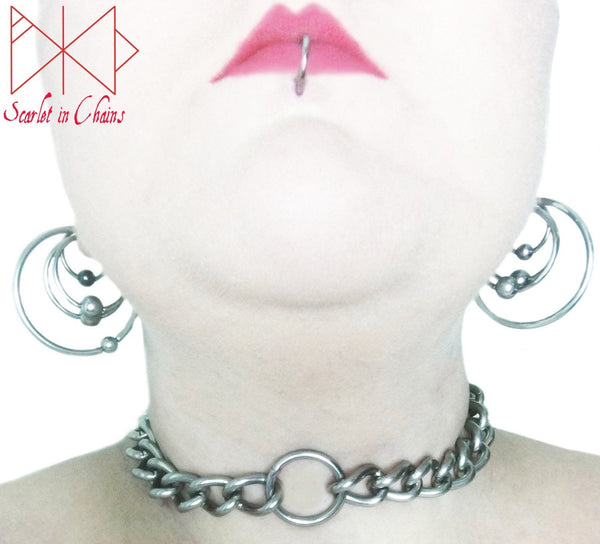 chunky stainless steel chain choker with stainless steel O ring at its centre.