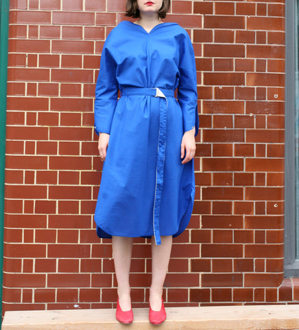 WONDEROUND HEART NECK DRESS W/ BELT IN BLUE