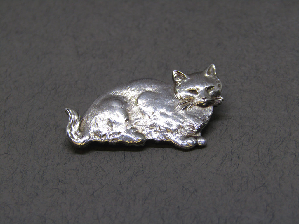 Cat brooch by Jess Lelong