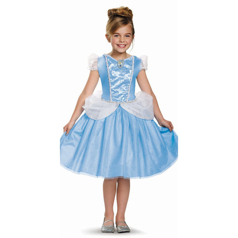 Fille portant un costume de Cendrillon tirés des films animés des Princesses Disney