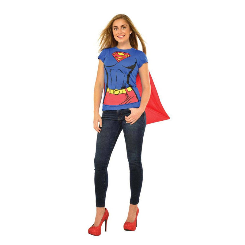Femme portant un chandail de Supergirl imprimé avec cape rouge attachée de l'univers de Superman de DC Comics