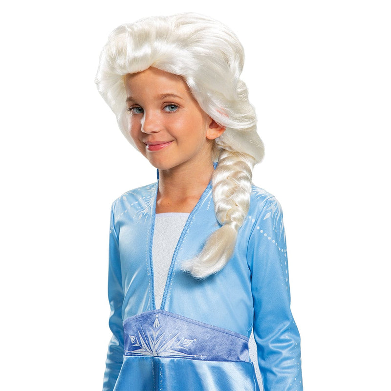 Fille portant une perruque de Elsa du film La Reine des Neiges 2 de Disney