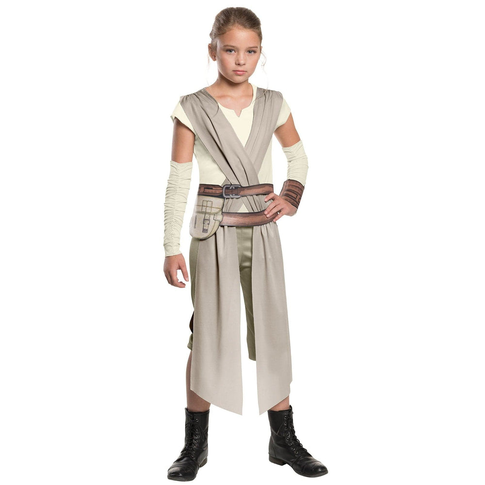Fille portant un costume de Rey du film La Guerre des Étoiles : Le Réveil de la Force (Star Wars: The Force Awakens)